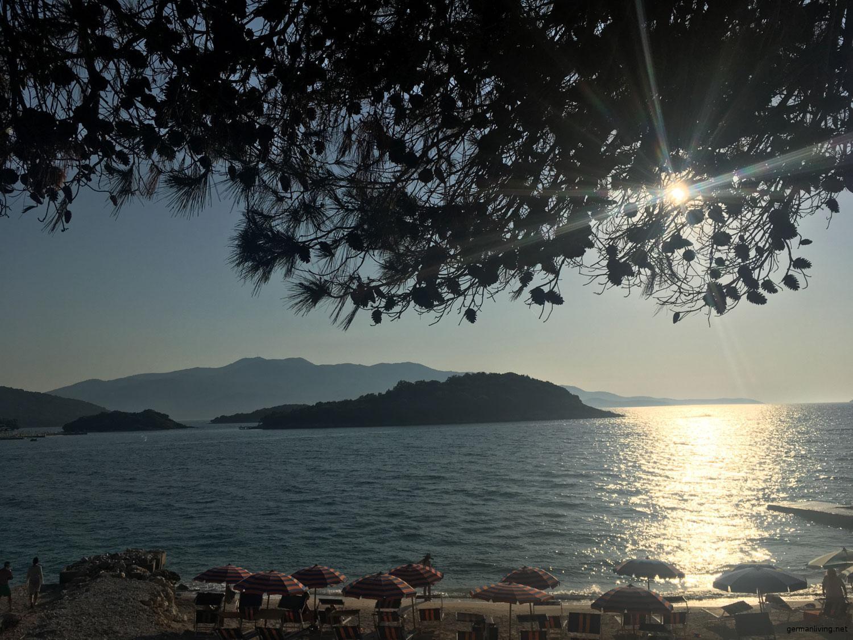 Die Bucht von Ksamil - Albanien. Im Hintergrund Korfu
