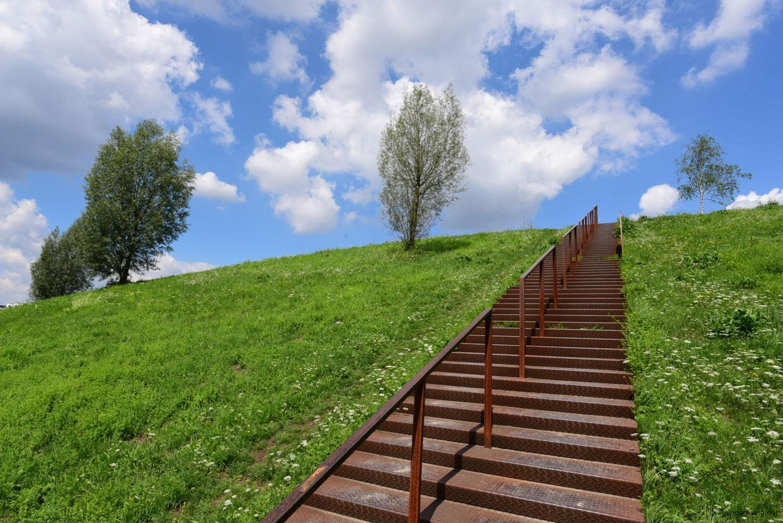 Rostige Stahltreppe am Fuß des Kaiserbergs - Phoenixsee Dortmund
