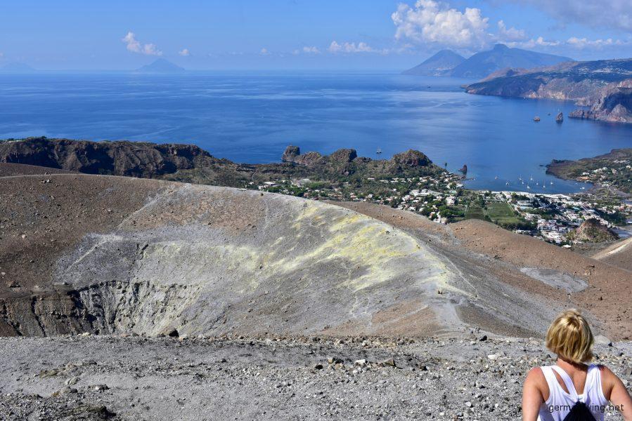 Blick über die Schwefelfelder vom Fossa di Vulcano auf Lipari und Salinas - Liparische Inseln